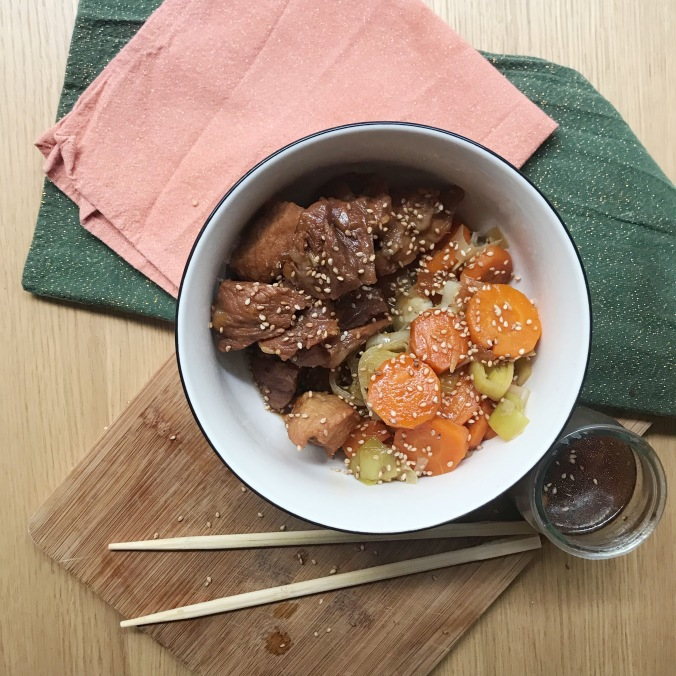 camille bavarde 2 porc au caramel et legumes sauce soja .jpg